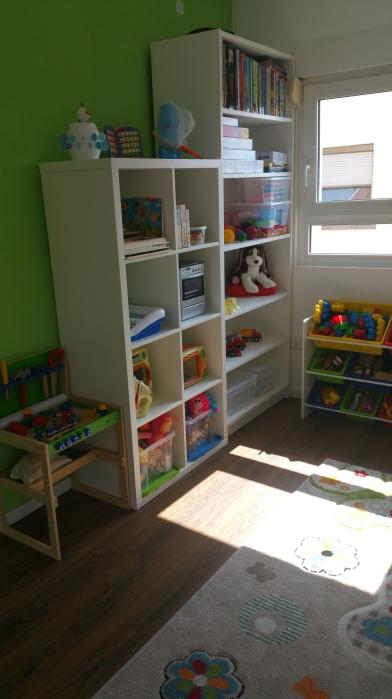 Bücher und Spielschrank